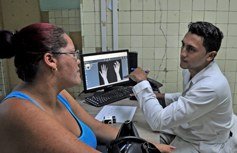 Desde sus gabinetes de trabajo, por red, los especialistas valoran las imágenes radiográficas de sus pacientes.