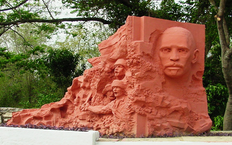 Monumento a Arcid Duverger y a combatientes caidos en Arroyo Hondo.