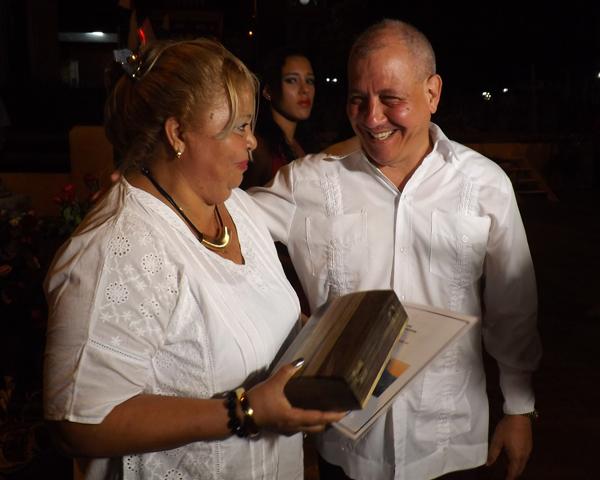 Nancy Acosta, presidenta de la APPP recibió El Yunque, símbolo de la ciudad de Baracoa.